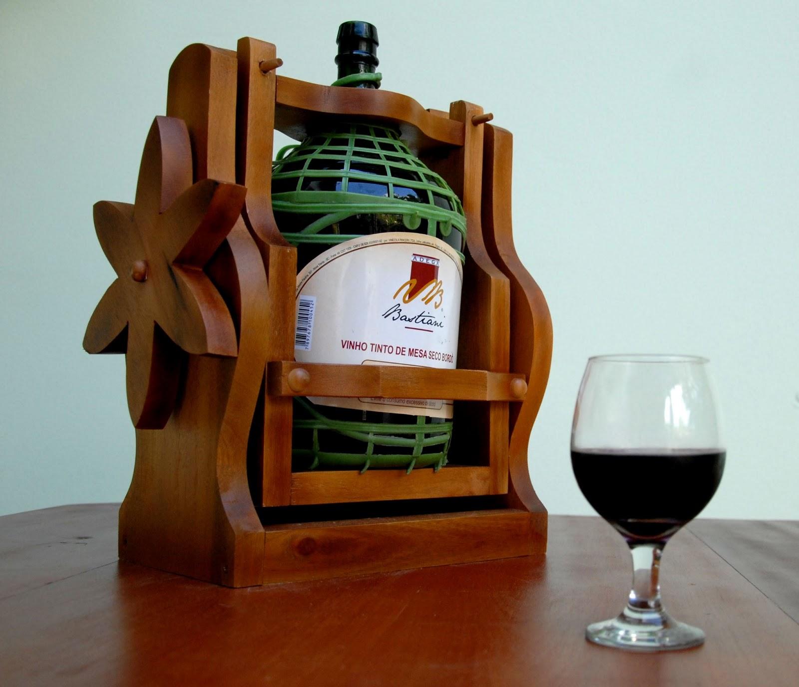 Madeira: Novo Modelo de Suporte para Garrafão de Vinho Serve Fácil #6D300D 1600x1377