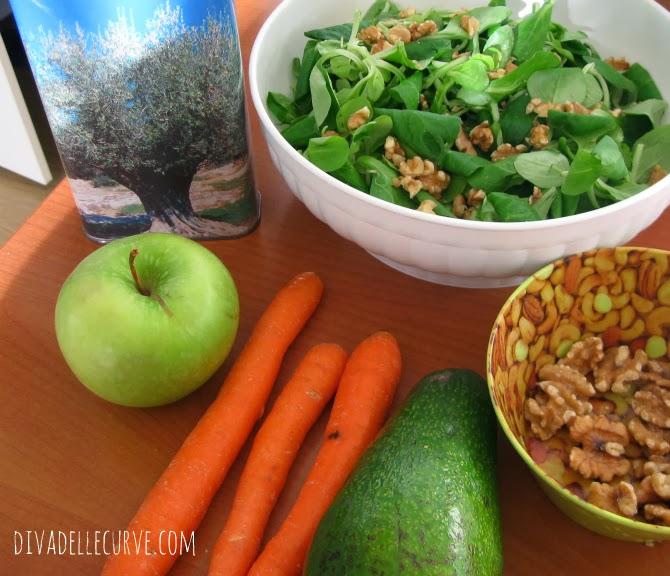 insalta con avocado, valeriana, carote, noci e mela