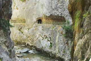 ruta del Cares, oquedades en la roca