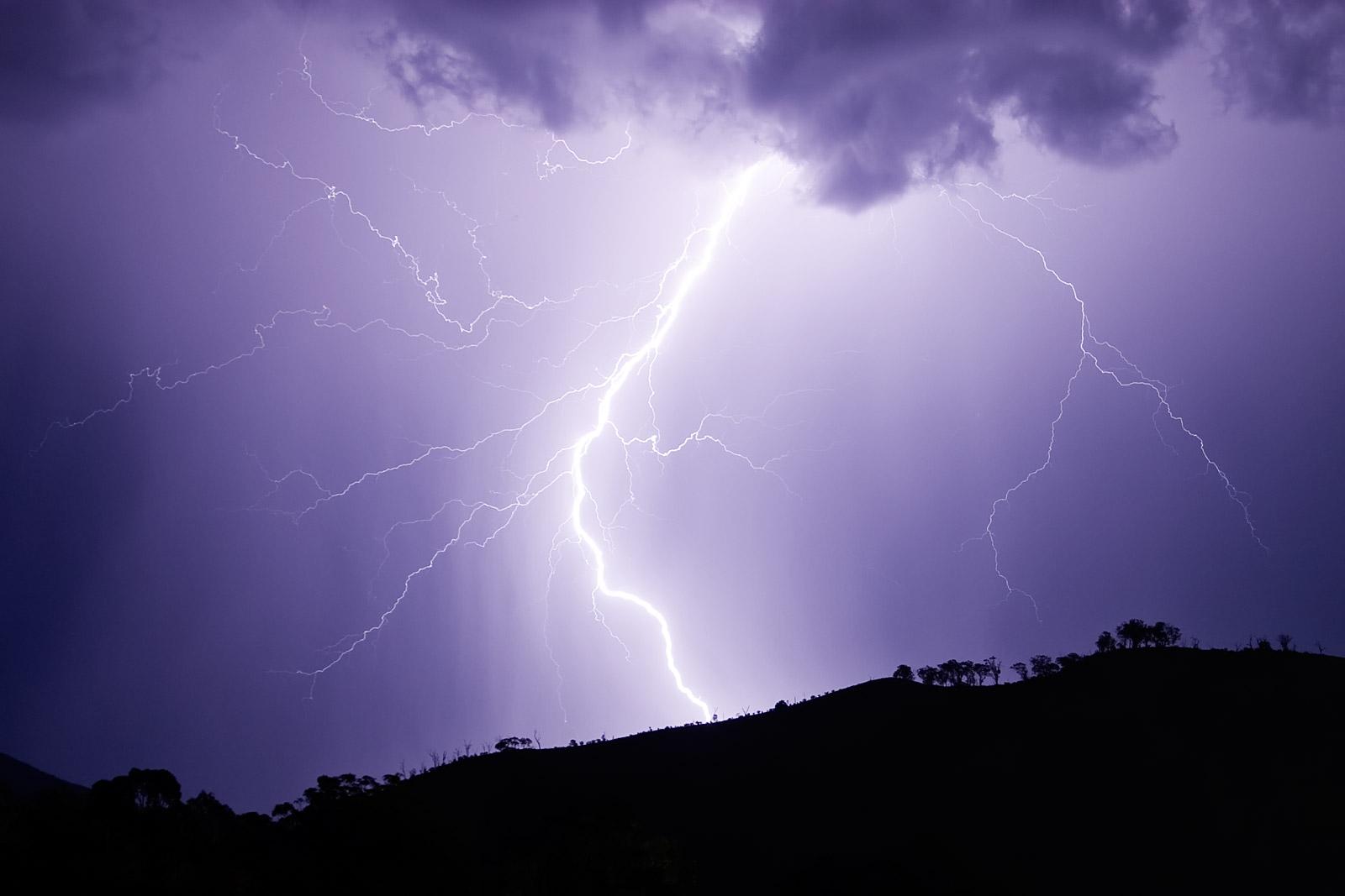 http://3.bp.blogspot.com/-AbKSDK4Pzqk/Tzrx3eMwBwI/AAAAAAAAGWE/2xwb15f-hPU/s1600/lightning-thunder-on-a+hill.jpg