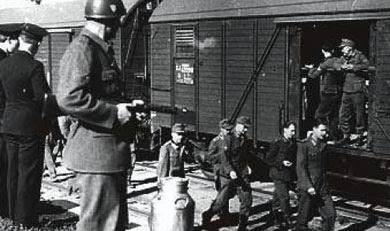 Hemvändande tyskar någonstans i Sverige. De bevakas av svenska soldater.