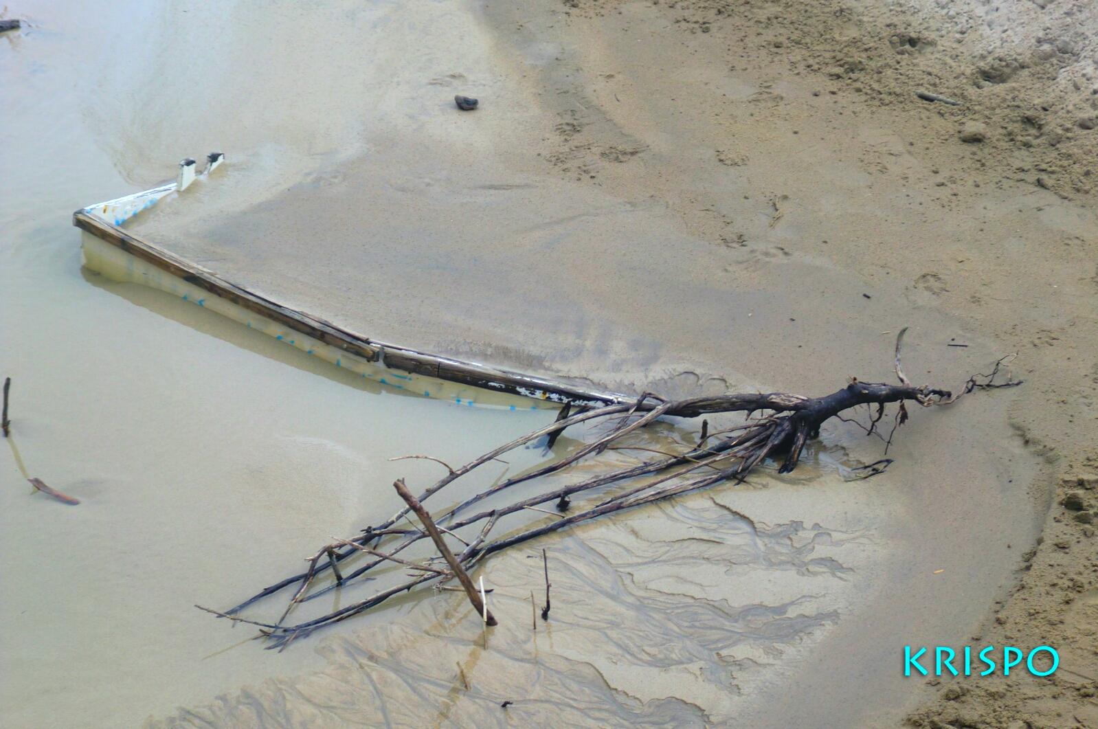 detalle de barca enterrada aparecida por temporal en playa hondarribia