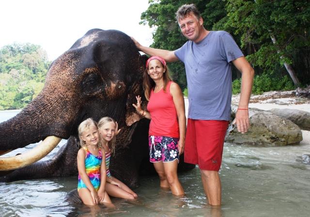 La familia Ocean One con un elefante de la isla de Andaman