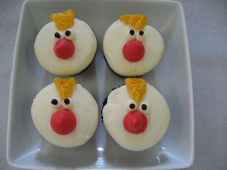 Cupcakes recept: 250 gram bloem, 250 gram eieren, 250 gram zachte boter, 200 gram suiker en 50 gram honing: garnituur maken met marsepein, suikerpasta  en chocolade