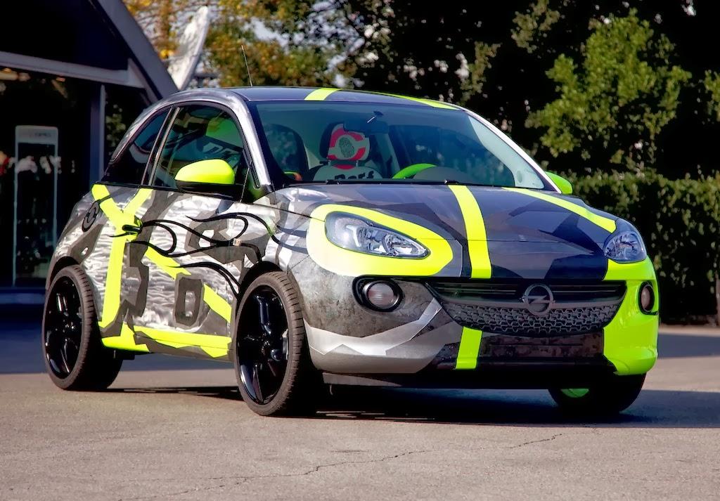 """""""Opel Adam & Vale for Charity"""": Gemeinsam haben der italienische Opel-Markenbotschafter Valentino """"Vale"""" Rossi und Stardesigner Aldo Drudi einen Opel Adam entworfen."""