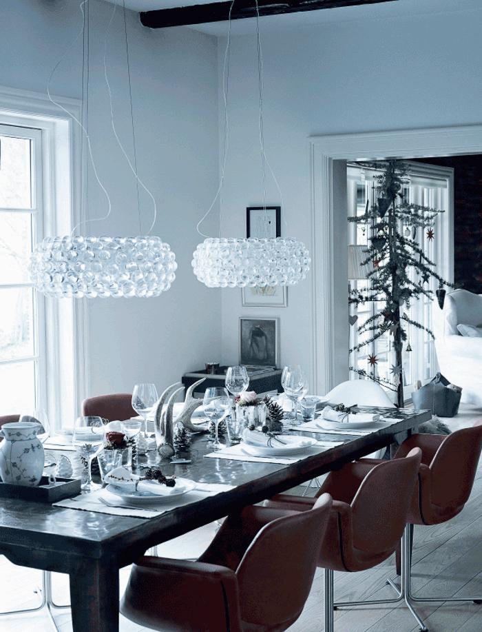 Sillas de cuero en mesa de salon navideña