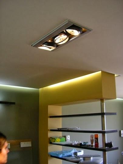Спалня със скрито осветление по ъглите