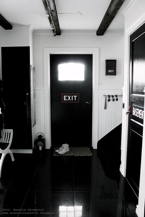 hall, dörrmatta, ikea, tips, svart klinkers, klinkersgolv med stora plattor, svarta dörrar, svrt dörr, ytterdörr, spegeldörrar, svart och vitt, svartvit inredning, inredningsblogg, blogg, lisel matta