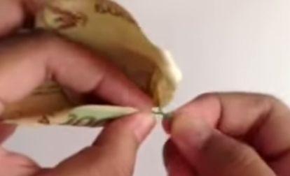 Gambar seni melipat uang kertas menjadi kelopak bunga