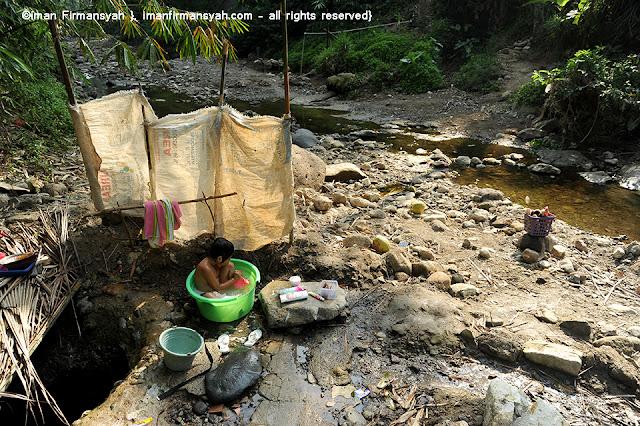 warga manfaakan air sungai tersisa