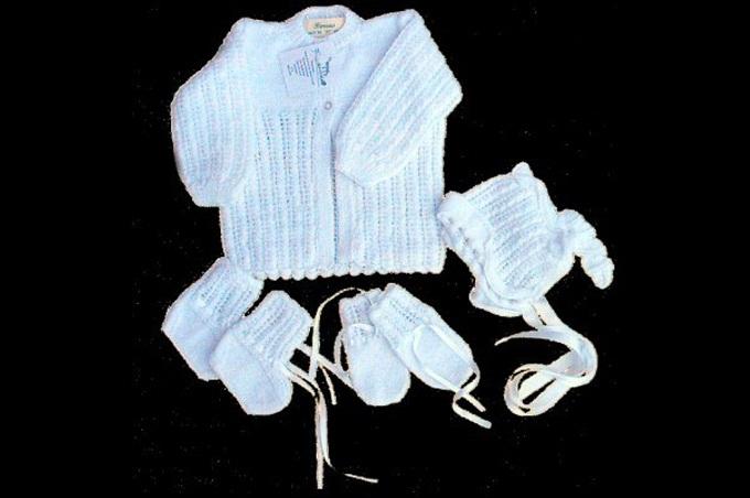 صورة ملابش شتوية مصنوعة من الصوف لكامل جسم الطفل بلون أزرق فاقع