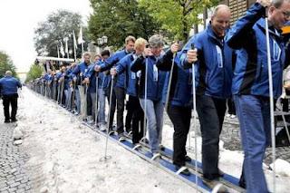 Foto The Guinness Book of World Records bakiak Terpanjang dan peserta terbanyak di dunia