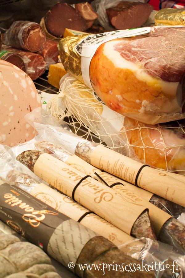 Roiniset Hakaniemen hallissa myy mm. parmankinkkua ja mortadellaa sekä muita italialaisia leikkeleitä.