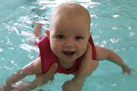 Usia Berapa Bayi Boleh Berenang?