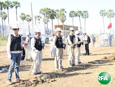 ဆည္တည္းရြာမွာ ၂ဝ၁၄ ခုႏွစ္ ဒီဇင္ဘာလ ၂၃ ရက္ေန႔က ဝမ္ေပါင္ကုမၸဏီဝန္ထမ္းေတြ ၿခံစည္းရိုးခတ္ေနၾကစဥ္ Photo: Kyaw Zaw Win/RFA