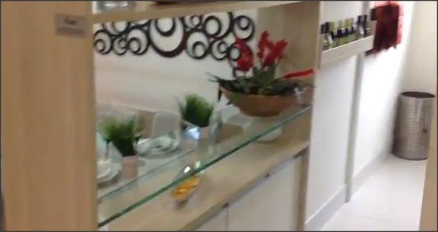 fotos acima que há armários que servem a cozinha,e aquela bancada de