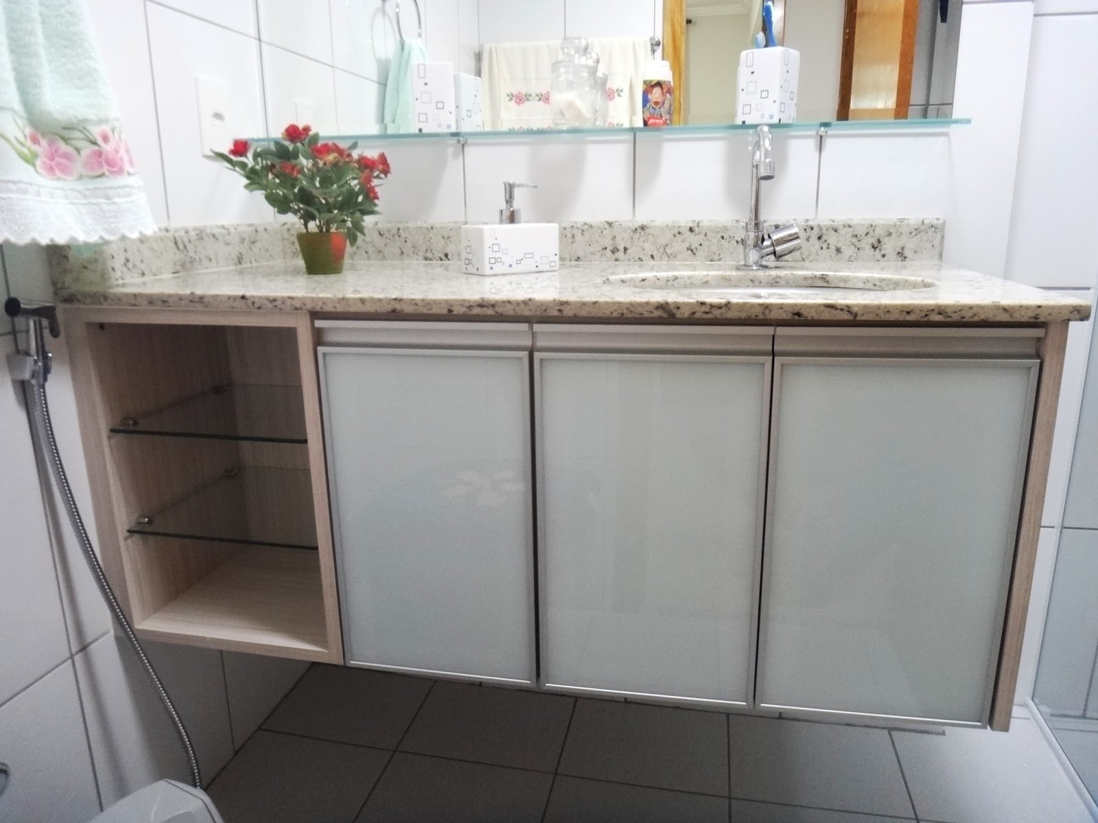 Belenetto Marcenaria Personalizada: Banheiros com portas de vidro e  #826549 1600x1200 Armario Banheiro Aluminio