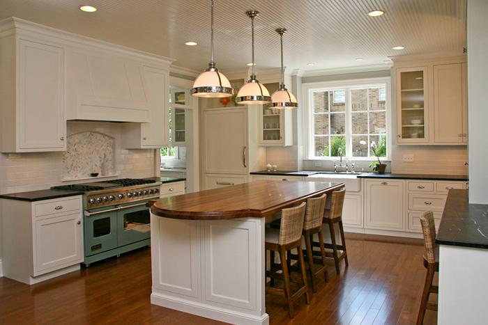 Cozinha em tons de verde água (ou aqua), madeira e eletrodomésticos retrôs