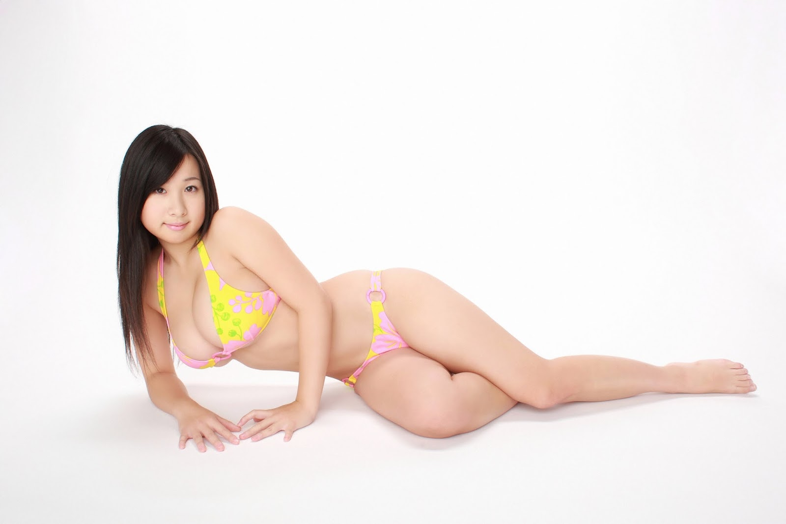 Rui Kiriyama sexy Với Bikini Vàng