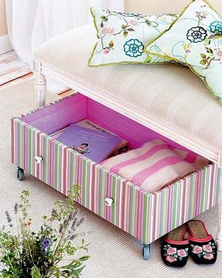 http://3.bp.blogspot.com/-Ag-B-ZT1wko/Th3YH1t7RtI/AAAAAAAACPM/jXim6e0ZPt4/s320/papel+de+parede+caixa+sob+cama.jpg
