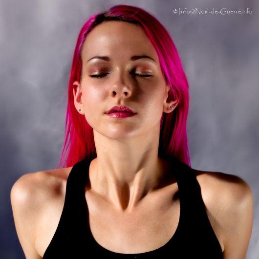 Raven Le Faye mulher modelo longos cabelos rosas