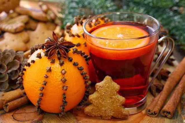 Świąteczna dekoracja z pomarańczy, goździków, cynamonu i szyszek