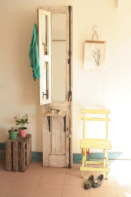 De puerta a perchero nobles pensamientos for Como reciclar puertas de madera