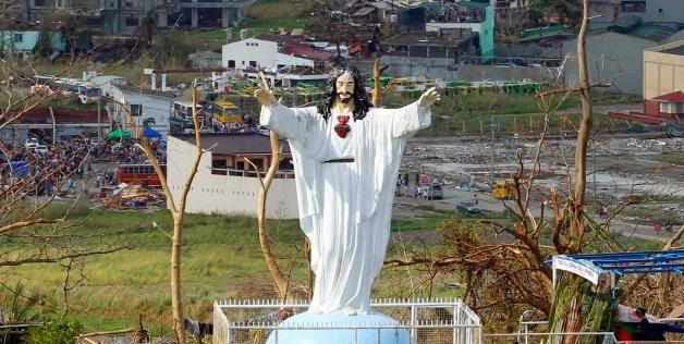 Patung Jesus taufan Haiyan