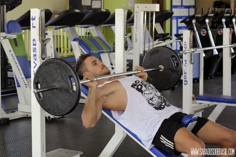 Robert Marques mostra o treino de musculação em academia - Foto: Marcos Januário