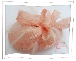 Pequeño tocado Lágrima Lebasy rosa palo con plumas en tono rosa pastel
