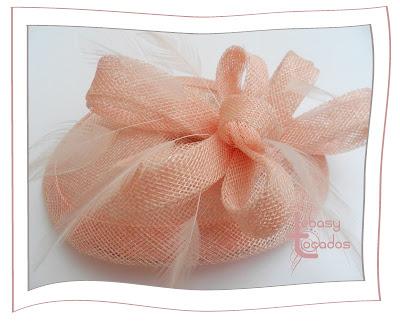 Lágrima Lebasy de Tocados Lebasy en tono rosa nude.