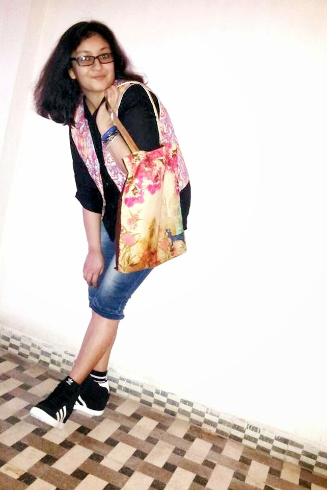 College look, how to style black to, College fashion, adidas sneakers, colorful backpack, capris