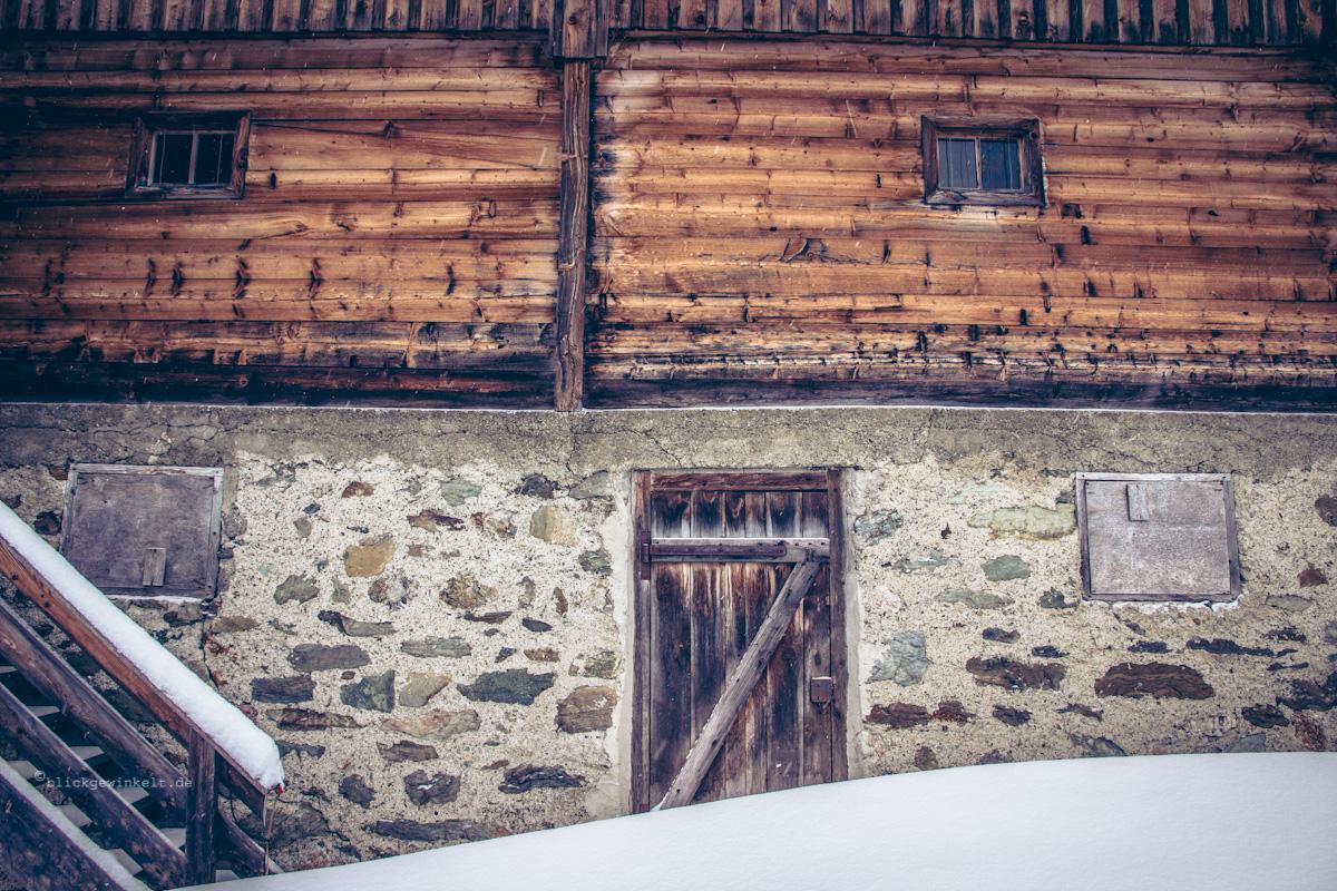Holztür im Schnee