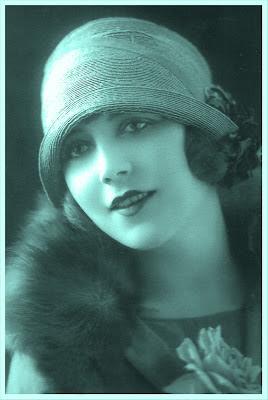 postal vintage en tonos azules agua con una chica de la Belle Epoque