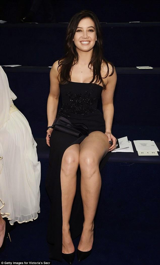 الموديل ديزي لوي في ثوب أسود جميل خلال تواجدها في عرض فيكتوريا سيكريت