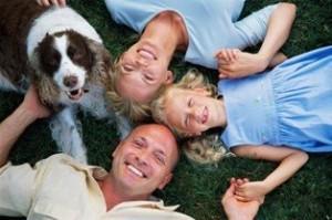 Familia con un perro de mascota