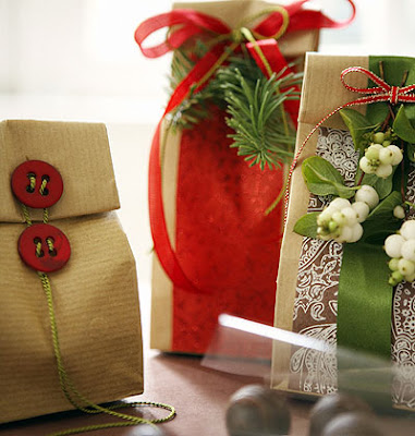 Wedding Gift Card Wrapping Ideas : Eco-friendly and perfect for Christmas! Love the cute pine cones and ...