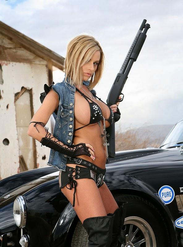 fille sexy avec fusil à pompe