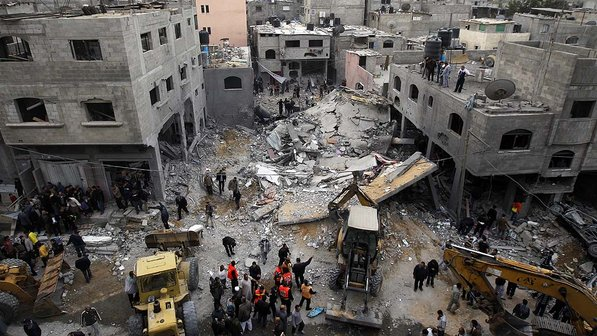 Palestinos buscam vítimas após ataque aéreo, na Cidade de Gaza