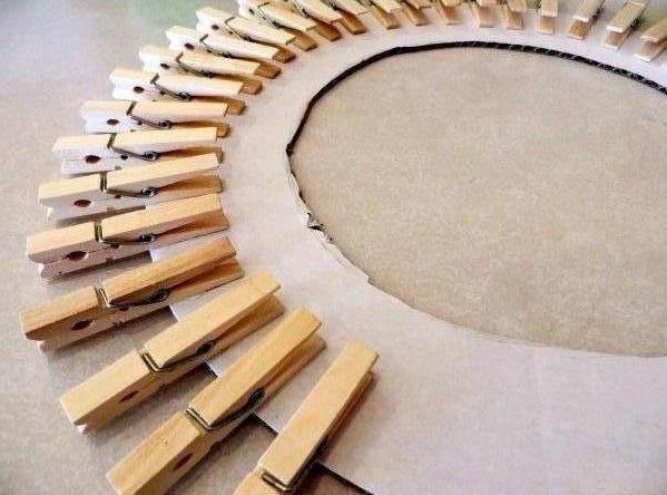 Haz un portaretratos con ganchos de madera lodijoella for Porta ganchos de ropa