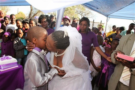 طفل 9 سنوات يتزوج إمرأة 62 عاما بحضور زوجها السابق