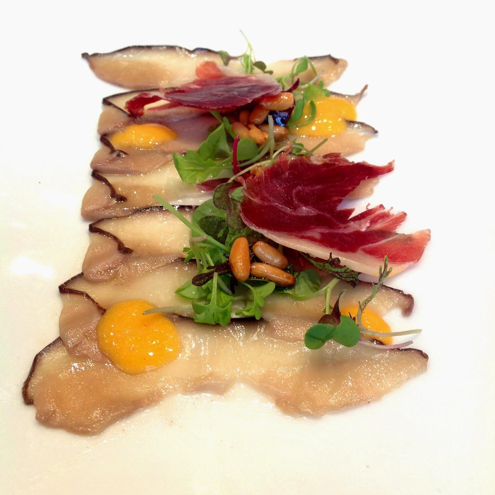 Carpaccio de hongos confitado con yema y piñones