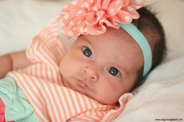 Image bébé fille 2 mois