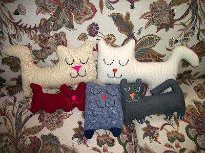 Gatos hechos con retales y sweaters viejos
