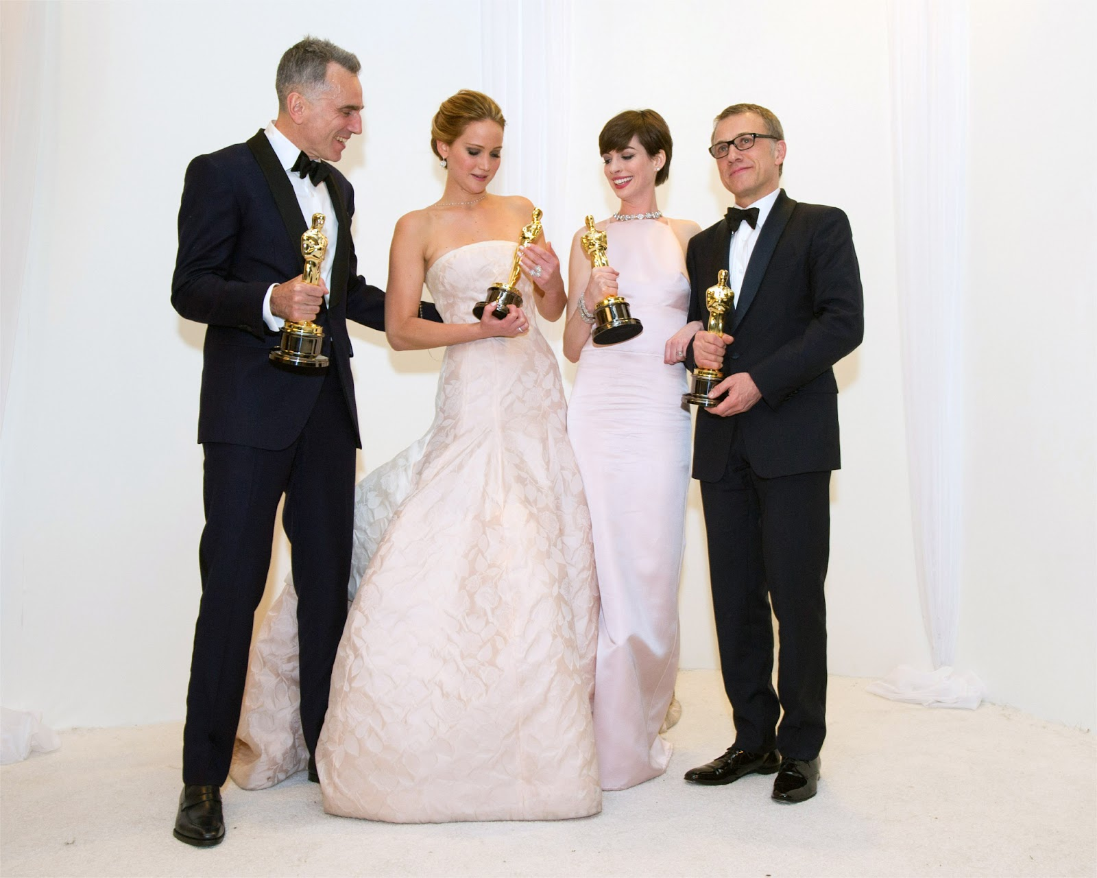 http://3.bp.blogspot.com/-Ajn1Es2n6pY/US2FjOUqGwI/AAAAAAABX4Q/HtTWjNHUIHk/s1600/Jennifer_Lawrence-Anne_Hathaway-Christoph_Waltz-Daniel_Day-Lewis-the_85th_Academy_Awards-2_24_2013-004.jpg