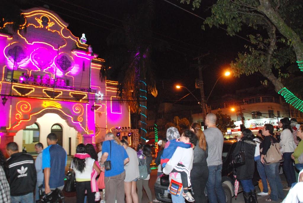 Crianças, familiares e convidados estiveram presentes no último dia de apresentação do ato de Natal 'Espetáculo de Luzes', realizado no prédio da Prefeitura