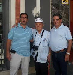 DOS AFICIONADOS DE CASTELLAR (JAÉN) CON EL MAESTRO FRANCISCO CANO EN LOS ALEDAÑOS DE LA MAESTRANZA