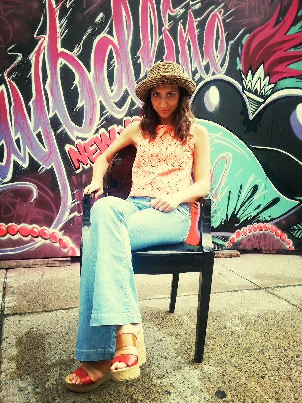 wedges flared jeans coral top straw hat graffiti festival mode design