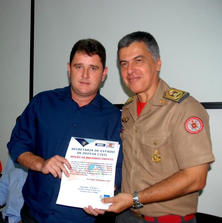 Cel. Simões, Secretário da Defesa Civil Estadual, entrega ao Prefeito Arlei o certificado pela implantação do Plano de Contingência da Defesa Civil