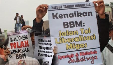 Pengamat energi nasional Hendrajit menilai Presiden Joko Widodo (Jokowi) berkepribadian ganda dalam membuat keputusan menaikkan harga bahan bakar minyak.  Dikutip JPNN, dalam konteks Trisakti, Jokowi harusnya memprioritaskan anggaran pro rakyat. Tapi di sisi lain dia terjebak konsensus Washington dalam skema neoliberalisme yang menitahkan kepada kepala-kepala negara untuk menafikan anggaran kebutuhan publik seperti kesehatan dan pendidikan.